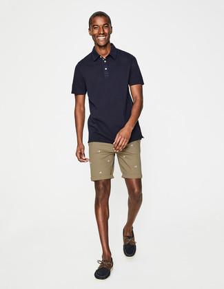 Comment porter: polo bleu marine, short marron clair, chaussures bateau en daim bleu marine