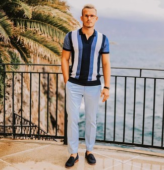 Comment porter: polo à rayures verticales bleu, pantalon de costume bleu clair, mocassins à pampilles en daim noirs, montre en cuir noire