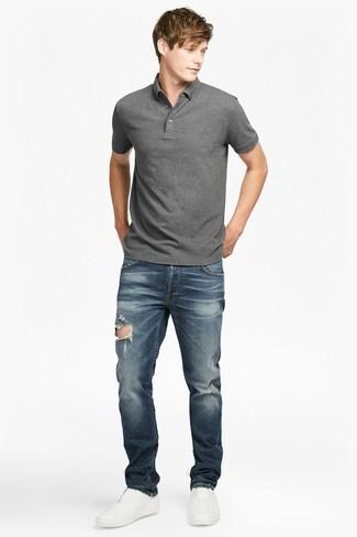 Comment porter: polo gris, jean déchiré bleu marine, baskets à enfiler en cuir blanches