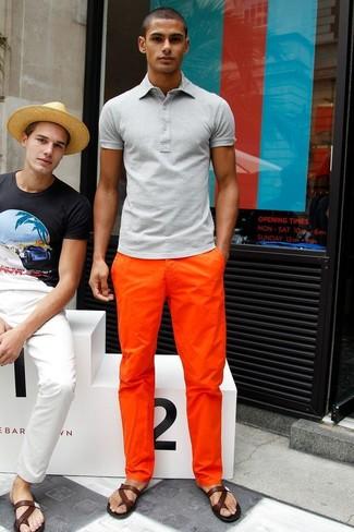 Comment porter: polo gris, pantalon chino orange, sandales en cuir marron foncé