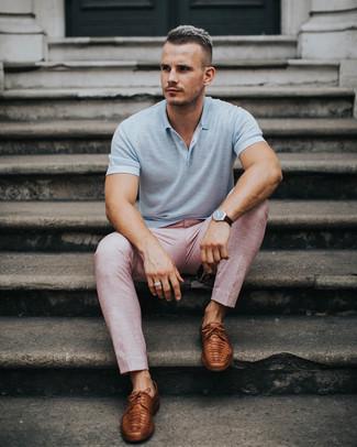 Comment porter: polo gris, pantalon de costume rose, chaussures derby en cuir marron, montre en cuir marron foncé