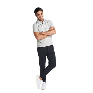 Comment porter: polo gris, pantalon de jogging noir, baskets basses en cuir blanches