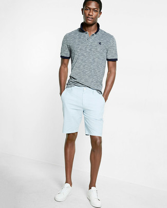 Comment porter: polo gris, short bleu clair, baskets basses blanches