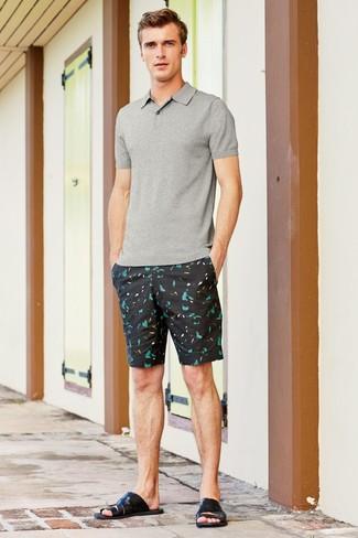 Comment porter: polo gris, short imprimé noir, sandales en cuir noires
