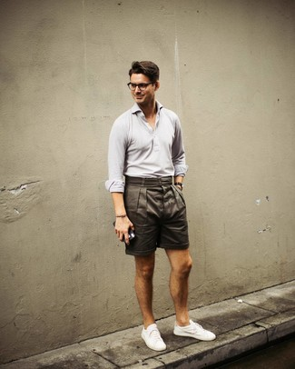 Comment porter: polo gris, short olive, baskets basses blanches