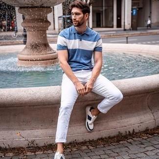 Comment porter un jean blanc: Pense à porter un polo imprimé bleu et un jean blanc pour une tenue confortable aussi composée avec goût. Cet ensemble est parfait avec une paire de baskets basses en toile blanc et bleu marine.