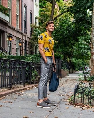 Comment porter: polo imprimé jaune, pantalon de costume écossais gris, chaussures derby en toile grises, sac fourre-tout en toile bleu marine