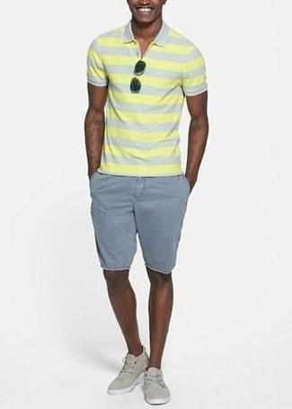 Comment porter: polo à rayures horizontales jaune, short gris, baskets basses en toile beiges, lunettes de soleil noires