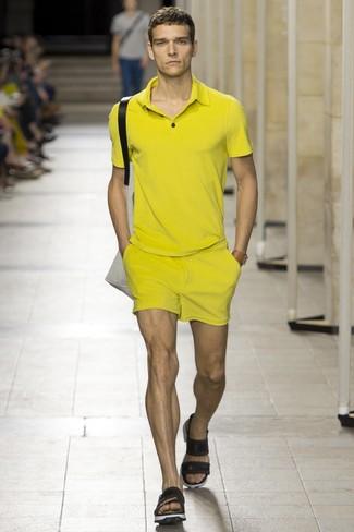 Comment porter: polo jaune, short jaune, sandales en cuir noires, sac fourre-tout en toile beige