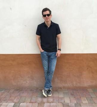 Comment porter: polo noir, jean bleu, baskets basses en toile grises, lunettes de soleil noires
