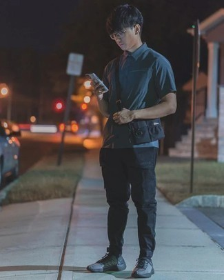 Comment porter un jean noir: Pour créer une tenue idéale pour un déjeuner entre amis le week-end, pense à porter un polo bleu canard et un jean noir. Décoince cette tenue avec une paire de des chaussures de sport grises.