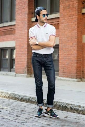Comment porter un jean bleu marine: Opte pour un polo blanc avec un jean bleu marine pour un déjeuner le dimanche entre amis. Jouez la carte décontractée pour les chaussures et termine ce look avec une paire de chaussures de sport noires.