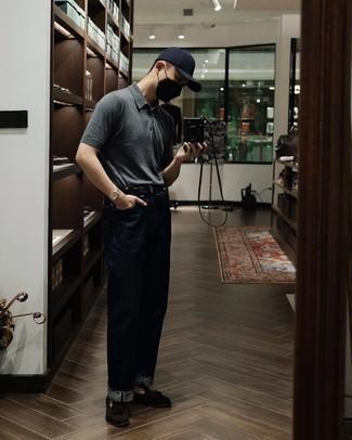 Comment porter une ceinture en cuir noire: Porte un polo gris et une ceinture en cuir noire pour une tenue idéale le week-end. Choisis une paire de mocassins à pampilles en daim marron foncé pour afficher ton expertise vestimentaire.