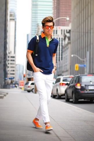 Comment porter: polo bleu marine, jean skinny blanc, baskets basses en toile orange, sac à dos noir