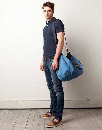 Comment porter: polo gris foncé, jean skinny déchiré bleu marine, chaussures bateau en daim marron clair, grand sac en toile bleu