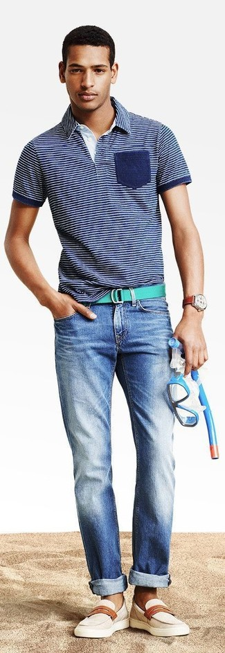 Comment porter: polo à rayures horizontales bleu marine, jean bleu, slippers en cuir beiges, ceinture en toile verte