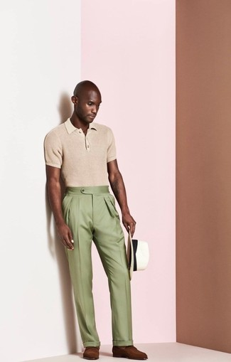 Comment porter: polo marron clair, pantalon de costume olive, slippers en cuir marron, chapeau de paille blanc