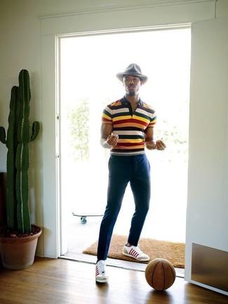 Comment porter: polo à rayures horizontales multicolore, pantalon chino bleu marine, baskets basses en cuir blanches, chapeau en laine gris