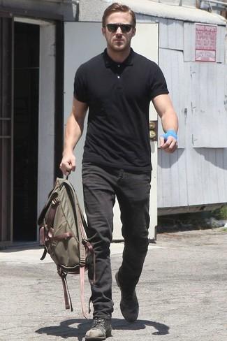 Tenue de Ryan Gosling: Polo noir, Jean noir, Bottes de loisirs en cuir noires, Sac à dos en toile olive