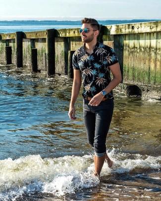 Comment porter: polo imprimé noir, jean noir, ceinture en cuir marron clair, lunettes de soleil bleues