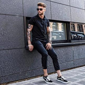 Comment porter: polo noir, pantalon chino noir, baskets basses en toile noires et blanches