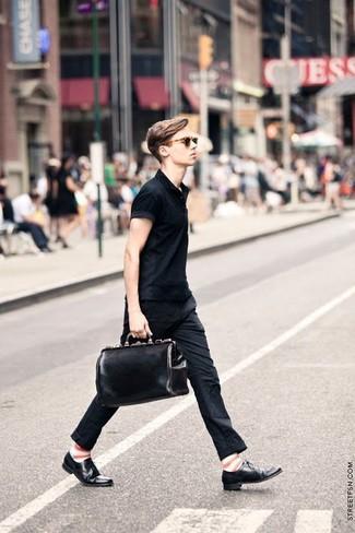 Comment porter des chaussures richelieu en cuir noires quand il fait très chaud: Pour une tenue de tous les jours pleine de caractère et de personnalité opte pour un polo noir avec un pantalon chino noir. Une paire de des chaussures richelieu en cuir noires apportera une esthétique classique à l'ensemble.