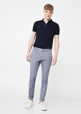 Comment porter: polo noir, pantalon de costume bleu clair, baskets basses en cuir blanches