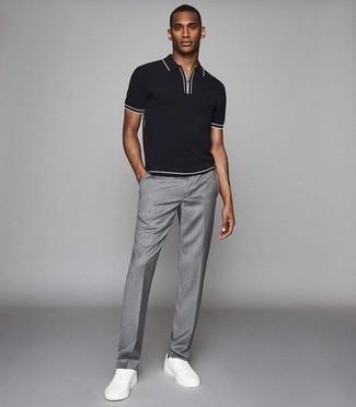 Tendances mode hommes: Porte un polo noir et un pantalon de costume gris pour prendre un verre après le travail. Pour les chaussures, fais un choix décontracté avec une paire de des baskets basses en cuir blanches.