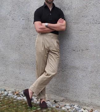 Comment porter un polo noir: Pense à opter pour un polo noir et un pantalon de costume marron clair pour créer un look chic et décontracté. Rehausse cet ensemble avec une paire de slippers en daim marron foncé.