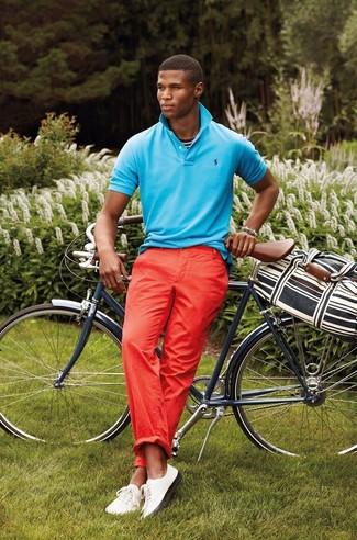 Comment porter: polo turquoise, pantalon chino rouge, baskets basses blanches, grand sac en toile à rayures horizontales noir et blanc