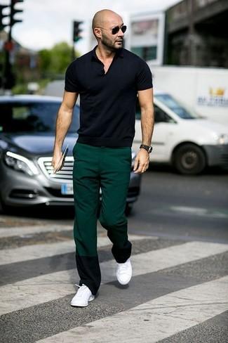 Comment porter: polo noir, pantalon chino vert foncé, baskets basses blanches, lunettes de soleil noires