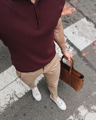 Comment porter: polo bordeaux, pantalon chino beige, baskets basses blanches, serviette en cuir marron