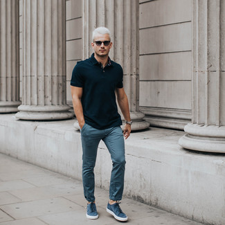 Comment porter: polo noir, pantalon chino bleu, baskets basses en daim bleues, lunettes de soleil noires