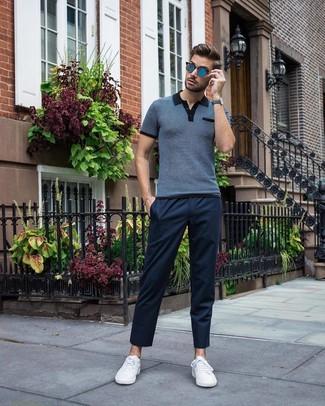 Comment porter: polo bleu marine, pantalon chino bleu marine, baskets basses blanches, lunettes de soleil bleues