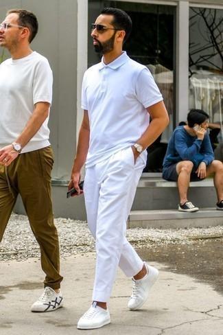 Comment porter un pantalon chino blanc: Harmonise un polo blanc avec un pantalon chino blanc pour une tenue idéale le week-end. Termine ce look avec une paire de des baskets basses blanches.