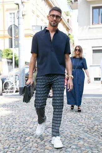 Tenue: Polo bleu marine, Pantalon chino imprimé bleu marine, Baskets basses en cuir blanches et noires, Serviette en toile bleu marine