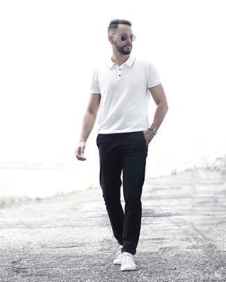 Comment porter des lunettes de soleil bleu marine: Opte pour un polo blanc avec des lunettes de soleil bleu marine pour une tenue relax mais stylée. Habille ta tenue avec une paire de des baskets basses en toile blanches.