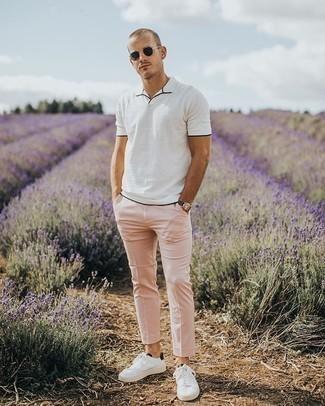 Comment porter des baskets basses en toile blanches et noires: Pense à associer un polo blanc avec un pantalon chino rose pour un look de tous les jours facile à porter. Une paire de baskets basses en toile blanches et noires est une option avisé pour complèter cette tenue.