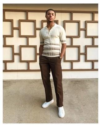 Comment porter un pantalon chino marron: Pense à harmoniser un polo à rayures horizontales blanc avec un pantalon chino marron pour une tenue confortable aussi composée avec goût. Une paire de baskets basses en toile blanches est une option judicieux pour complèter cette tenue.