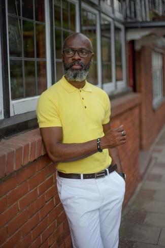 Comment porter: polo jaune, pantalon chino blanc, ceinture en cuir marron foncé, montre en cuir noire