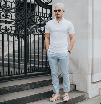 Comment porter: polo blanc, pantalon chino bleu clair, chaussures bateau en cuir marron clair, lunettes de soleil noires