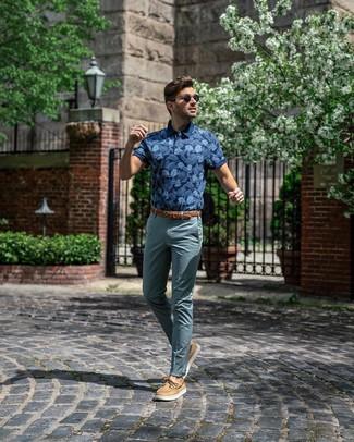 Comment porter: polo imprimé bleu marine, pantalon chino bleu canard, chaussures bateau en cuir marron clair, ceinture en cuir tressée marron