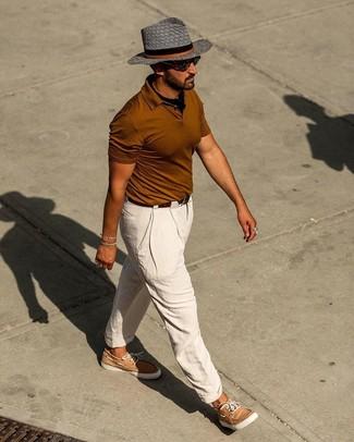Comment porter une ceinture en cuir marron foncé: Pense à harmoniser un polo tabac avec une ceinture en cuir marron foncé pour une tenue relax mais stylée. Une paire de des chaussures bateau en cuir marron clair apportera une esthétique classique à l'ensemble.