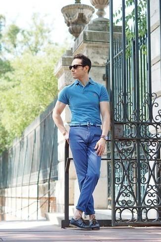 Comment porter des chaussures bateau: Pense à marier un polo turquoise avec un pantalon chino bleu pour un déjeuner le dimanche entre amis. Cette tenue est parfait avec une paire de des chaussures bateau.