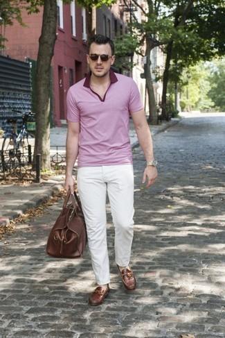 Comment porter un polo rose: Pour créer une tenue idéale pour un déjeuner entre amis le week-end, pense à associer un polo rose avec un pantalon chino blanc. Une paire de chaussures bateau en cuir marron est une option génial pour complèter cette tenue.
