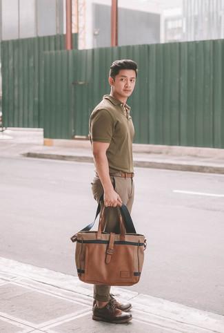 Comment porter: polo olive, pantalon chino marron, chaussures brogues en cuir marron foncé, sac fourre-tout en cuir marron