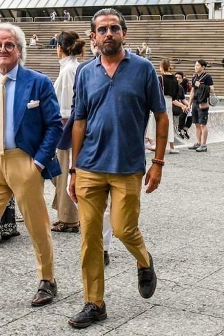 Tendances mode hommes: Pense à opter pour un polo bleu et un pantalon chino marron clair pour obtenir un look relax mais stylé. Choisis une paire de des chaussures brogues en cuir noires pour afficher ton expertise vestimentaire.