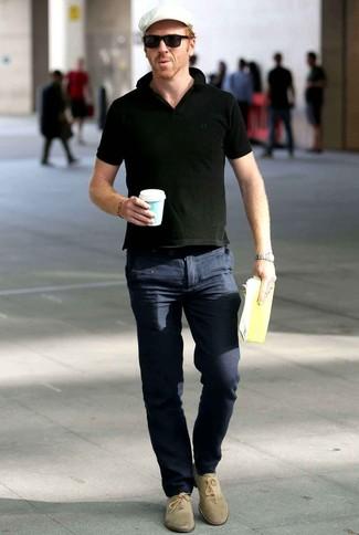 Comment porter: polo noir, pantalon chino bleu marine, chaussures richelieu en daim beiges, casquette plate blanche