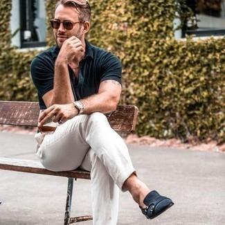 Comment s'habiller quand il fait très chaud: Porte un polo bleu marine et un pantalon chino blanc pour obtenir un look relax mais stylé. Jouez la carte classique pour les chaussures et assortis cette tenue avec une paire de double monks en daim bleu marine.
