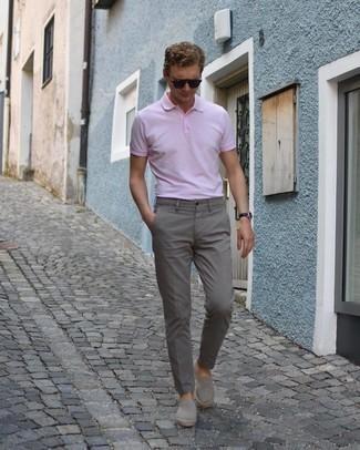 Comment porter un polo rose: Harmonise un polo rose avec un pantalon chino gris pour un déjeuner le dimanche entre amis. Une paire de espadrilles en daim grises est une option astucieux pour complèter cette tenue.